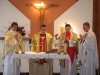 Msza Święta prymicyjna-nieoprezbiterzy przy ołtarzu..
